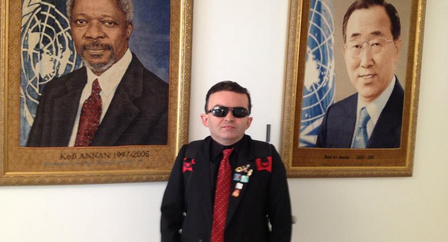 Alex at the United Nations Headquarters in Ny. He is posing between the portraits of Kofi Anna and Ban Ki-<oon